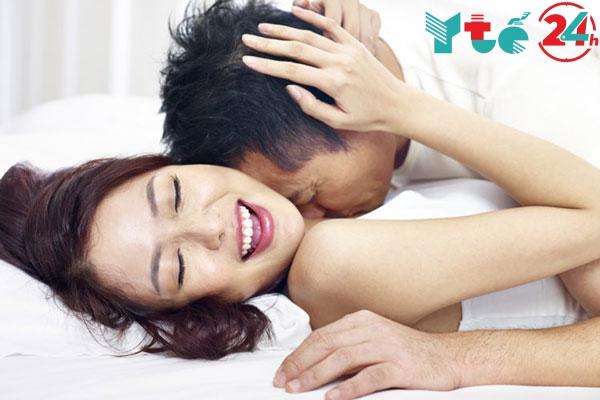 Sau khi hôn môi hãy hôn dần đến tai và vùng cổ