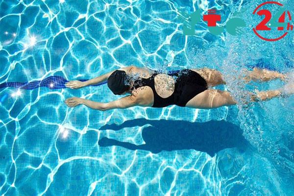 Sau khi wax lông chân không nên đi bơi