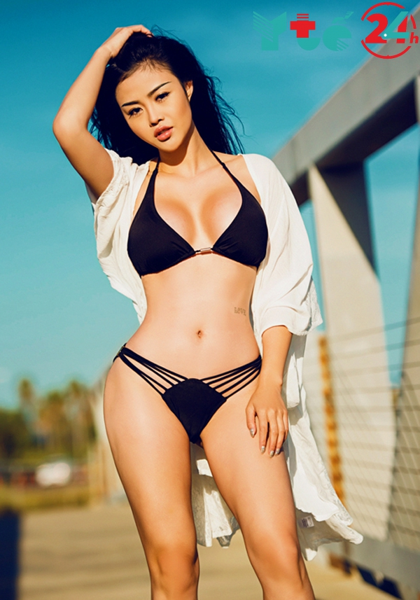 Ảnh Julia Hồ mặc bikini gợi cảm
