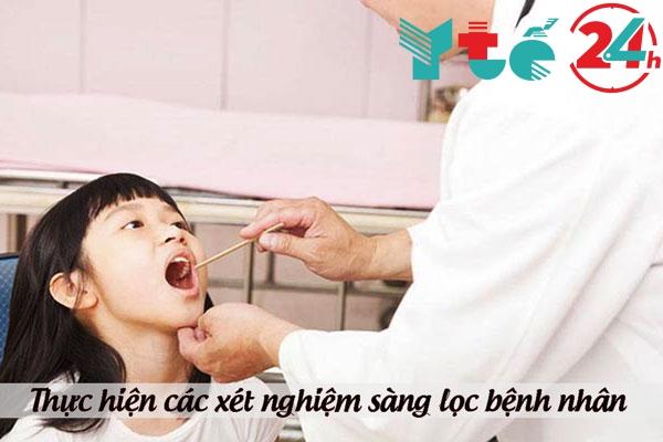 Thực hiện các xét nghiệm sàng lọc bệnh nhân mắc bạch hầu