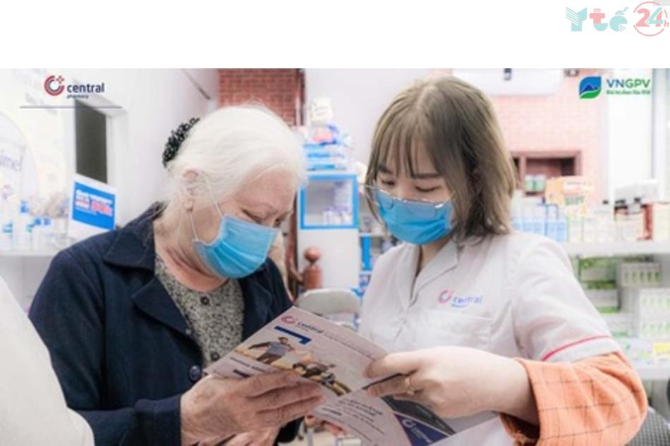 Nhân viên nhà thuốc tư vấn cho khách hàng đến mua thuốc trực tiếp